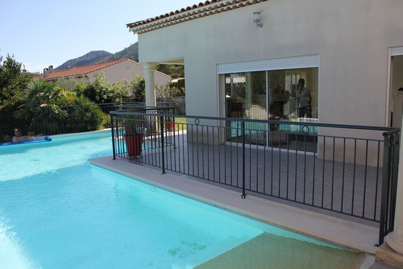 Barriere piscine gris anthracite cadolive aubagne for Piscine la garde